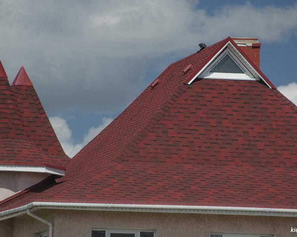На крыше дома Аккорд красный