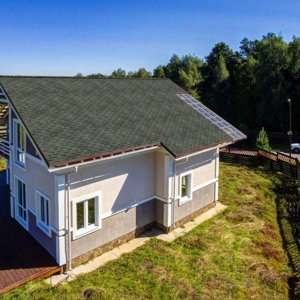 Шинглас Аккорд зеленый на крыше дома